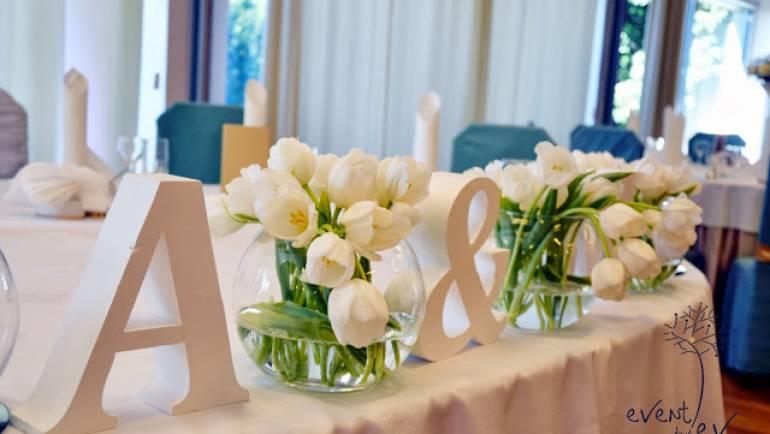 Monogramy – mały dodatek, który tworzy osobiste dekoracje i dodatki ślubne.