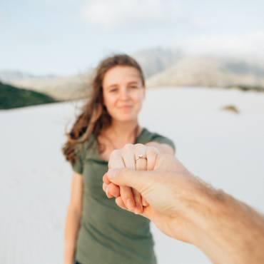 Zaręczyny – dlaczego warto zadbać o oprawę i czy zawsze powinny być niespodzianką